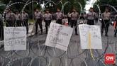 Massa aksi hingga kini masih menyuarakan tuntutan mereka. Rencananya, peserta aksi akan mengakhiri unjuk rasa itu dengan Salat Maghrib secara bersama. (CNN Indonesia/Safir Makki)