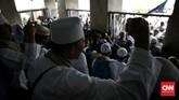 Sekjen FUI Muhammad Al Khaththath menyerukan agar massa kali mendesak Presiden untuk mematuhi undang-undang yakni mencopot jabatan pejabat yang terkena kasus pidana. (CNN Indonesia/Adhi Wicaksono)