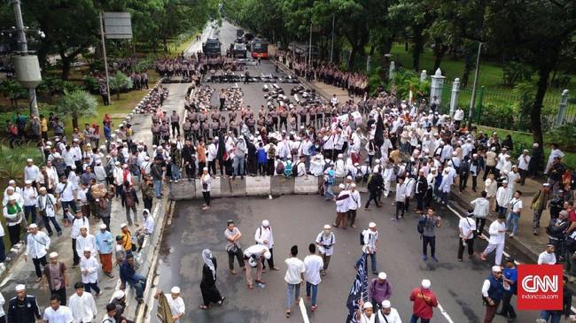 Di sisi lain, aksi itu digantikan oleh para tokoh lainnya, salah satunya adalah mantan Ketua PAN Amien Rais. Pertemuan juga dilakukan oleh Amien dengan Menkopolhukam Wiranto. (CNN Indonesia/Safir Makki)