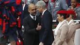 Manajer Manchester City Pep Guardiola (kiri) berbicara dengan manajer Arsenal Arsene Wenger sebelum pertandingan di Stadion Emirates, Minggu (2/4), berlangsung. (Reuters / Eddie Keogh)