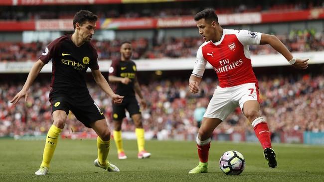 Manajer Manchester City Pep Guardiola berusaha melakukan perubahan di strategi permainan dengan menjadikan Jesus Navas (kiri) bermain sebagai bek kanan.(Reuters / John Sibley)