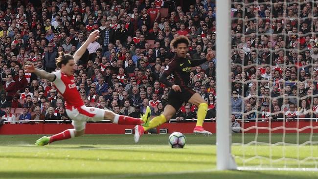 Laga baru berjalan lima menit, Manchester City mampu unggul lewat gol Leroy Sane. Menerima umpan Kevin de Bruyne, Sane berhasil melewati Hector Bellerin dan kiper David Ospina.(Reuters / Eddie Keogh)
