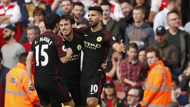 Sergio Aguero (kanan) merayakan gol bersama David Silva dan Jesus Navas. Penyerang asal Argentina itu kini telah mengoleksi 14 gol di Liga Primer Inggris.(Reuters / John Sibley)