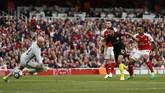 Setelah melalui beberapa percobaan, Arsenal akhirnya berhasil menyamakan kedudukan melalui sontekan Theo Walcott pada menit ke-40. Walcott berhasil lolos jebakan offside ketima menerima umpan sundulan Shkodran Mustafi.(Reuters / John Sibley)