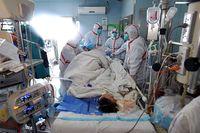Untuk mengurangi risiko penularan pada tenaga kesehatan dan pasien lain, pasien flu burung di China dirawat di ruang isolasi yang ketat. (Foto: STR/AFP/Getty Images)