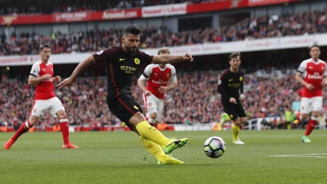 Hanya dalam waktu dua menit Manchester City kembali unggul atas Arsenal. Memanfaatkan umpan David Silva, Sergio Aguero menggetarkan gawang The Gunners lewat tendangan dari sudut sempit.(Reuters / Eddie Keogh)