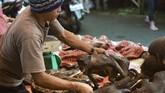 Pasar ini tidak hanya ramai dikunjungi oleh warga Tomohon tetapi juga wisatawan lokal dan mancanegara. Para wisatawan biasanya datang karena penasaran dan banyak yangpulang dengan rasa mual atau muntah karena merasa jijik melihat pajangan ekstrem berbagai macam binatang ini. (AFP PHOTO/Bay ISMOYO)