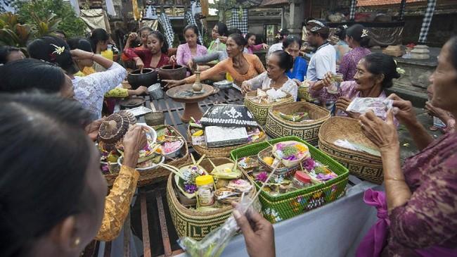 Sejumlah wanita Hindu menyiapkan sesajen saat persembahyangan Hari Raya Galungan di Pura Dalem Kengetan, Ubud, Bali, Rabu (5/4). Umat Hindu di Bali memaknai Hari Raya Galungan sebagai hari kemenangan kebaikan (Dharma) atas kejahatan (Adharma) yang dirayakan dengan persembahyangan di tiap Pura. (ANTARA FOTO/Nyoman Budhiana/Spt/17)