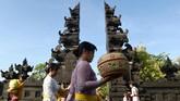 Gubernur Bali, Made Mangku Pastika mengajak umat Hindu di Bali untuk lebih memaknai esensi rangkaian Hari Suci Galungan dan Kuningan sebagai perang antara kebaikan (dharma) melawan kejahatan (adharma) yang sesungguhnya ada di dalam tiap individu.(AFP PHOTO / SONNY TUMBELAKA)