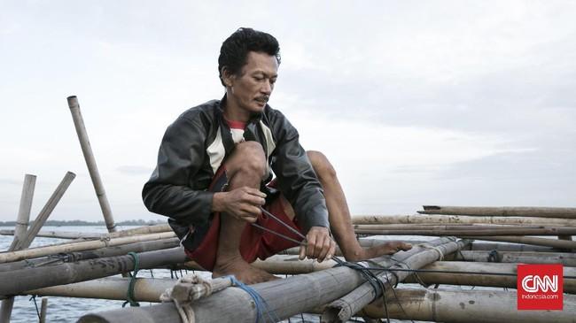 Salah satunya dengan cara membuat Sero. Sero merupakan jenis perangkap yang terdiri dari susunan pagar yang terbuat dari bambu, untuk menuntun ikan menuju perangkap. (CNN Indonesia/Hesti Rika)
