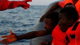 Di tengah situasi mendesak tersebut, Italia tak kunjung bergerak. Di Italia, isu ini menjadi perhatian khusus menjelang pemilihan umum pada awal tahun depan. Para pejabat berlomba mencuri perhatian rakyat yang takut akan kedatangan gelombang imigran. (Reuters/Darrin Zammit Lupi)