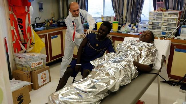 Beberapa migran langsung mendapatkan perawatan medis. Dokter Lintas Batasikut berkontribusi membantu merawat para imigran yang sakit dan terluka.