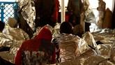 Para imigran terlihat beristirahat di kapal Phoenix milik MOAS. Tubuh mereka dibalut selimutalumunium untuk mengusir dingin dan mencegah hipotermia.