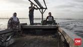 Uuswanto (53) sudah menempati Desa Kamal Muara selama dua puluh tahun lebih. Menurutnya, sejak ada reklamasi laut pantai Utara Jakarta tidak sebiru dulu dan sampah dari proyek reklamasi bertebaran. (CNN Indonesia/ Hesti Rika)