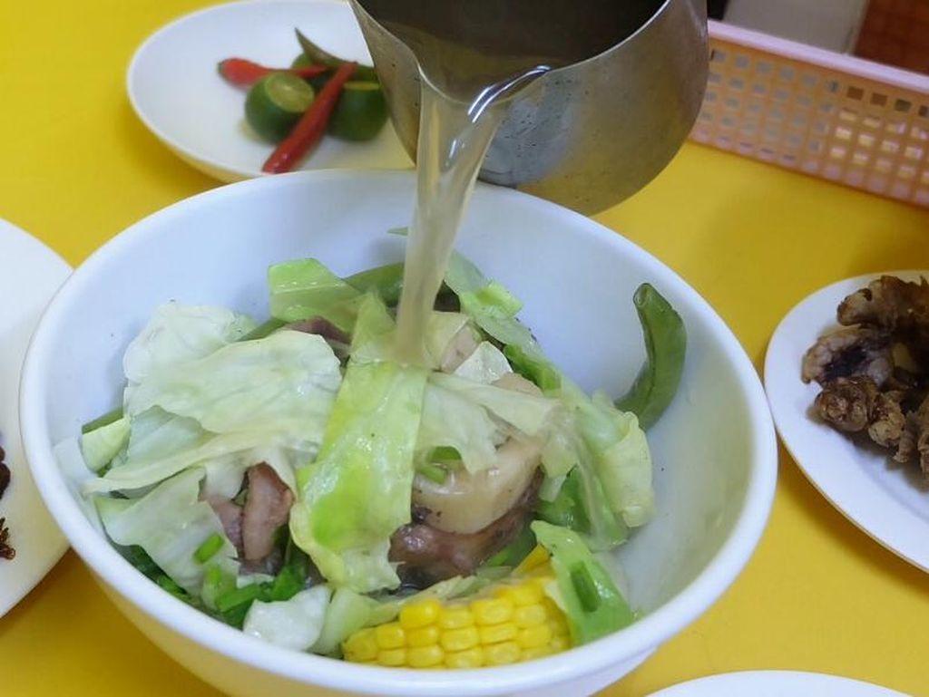 Bulalo Special merupakan sup daging dengan kuah gurih. Terdiri dari potongan daging sapi, tulang sumsum, potongan jagung dan kol. Bumbunya sendiri terasa cukup ringan.