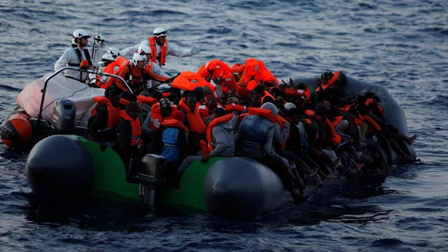 Ratusan warga Libya diselamatkan para relawan Organisasi Nirlaba asal Malta,Migrant Offshore Aid Station (MOAS). Mereka memberikan jaket pelampung sebagai bentuk pertolongan pertama pada para migran yang terombang-ambing di Laut Mediterania di atasperahu karet, Rabu (5/4).