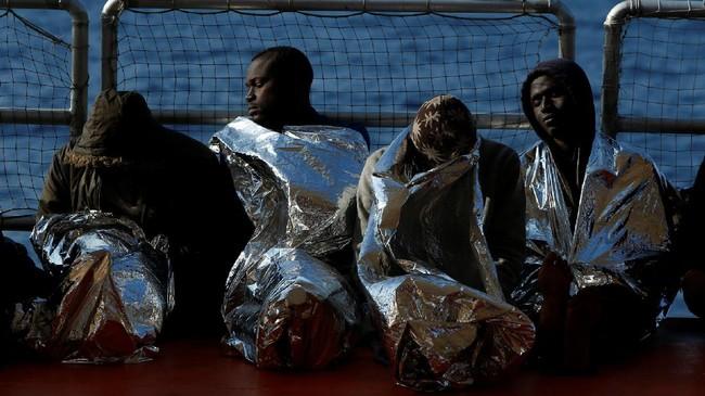 Para imigran beristirahat setelah terselamatkan dari ganasnya lautan. Perjuanganmereka menuju kebebasan masihlah panjang, namun Italia menjadi gerbang kehidupan baru bagi para imigran Libya.