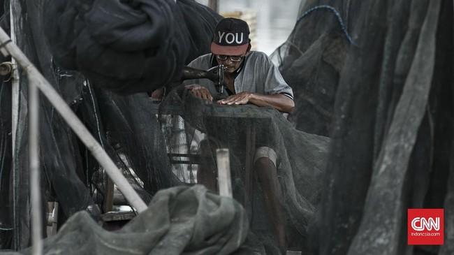 Saat tak melaut, para nelayan Kamal Muara akan memperbaiki jala dengan cara menjahitnya. Sebagian nelayan memprotes reklamasi akan merampas ruang hidup mereka. CNN Indonesia/ Hesti Rika)