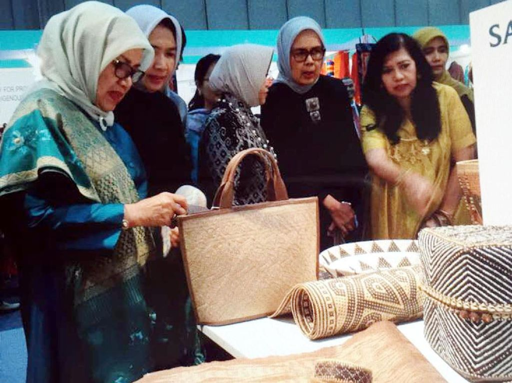 Mufidah Kalla melihat berbagai produk kerajinan yang dipamerkan. (Tim Media Wapres)
