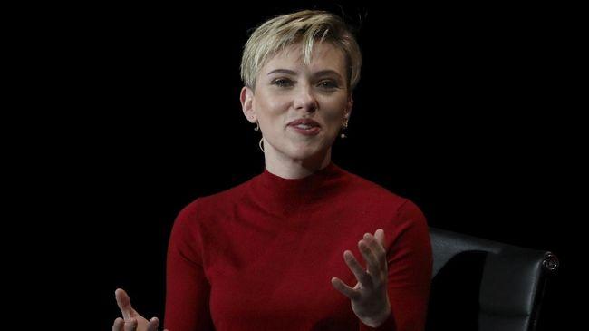 Scarlett Johansson Resmi Bertunangan dengan Colin Jost