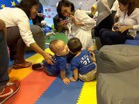 Sebelum lomba dimulai, ada dua anak bertingkah lucu. Mereka ingin saling cium sampai-sampai Bunda bersiap-siap mengabadikan momen tersebut. (Foto: Dian/detikHealth)