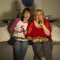 Jangan makan sambil menonton televisi atau menggunakan gadget. Sebuah penelitian mengatakan bahwa dengan kondisi seperti itu bisa menyebabkan menurunnya kualitas makan dan dapat mengganggu konsentrasi sehingga bisa makan dengan porsi berlebih. Foto: Thinkstock