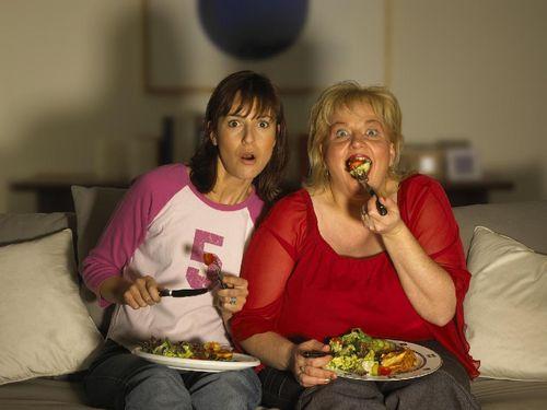 Hindari Kegemukan, Anda Disarankan Tidak Nonton TV Sambil Makan