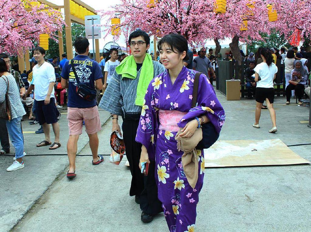 Beberapa bahkan mengenakan baju tradisional khas Jepang yakni Kimono. Pool/Emral.