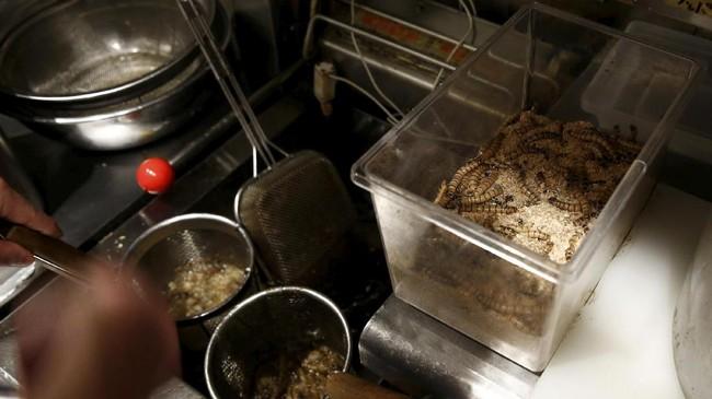 Sajian istimewa ramen serangga ini disajikan hanya untuk satu hari saja pada 9 April 2017. Namun dalam satu hari tersebut mereka berhasil menjual 100 mangkuk tsukemen serangga. Ratusan mangkuk ini terjual dalam waktu empat jam saja. (REUTERS/Kim Kyung-Hoon)