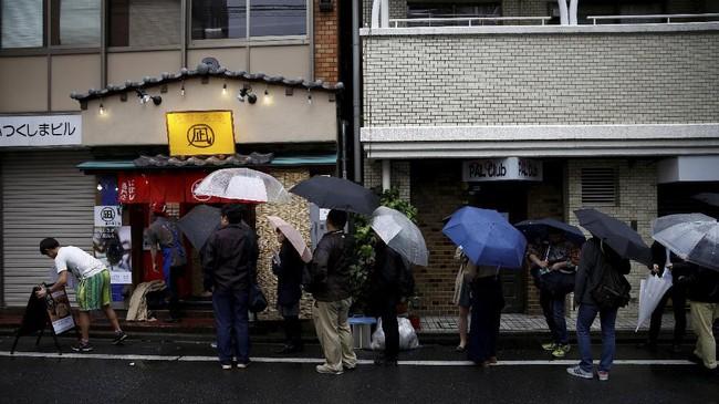 Para pecinta kuliner ekstrem di Jepang kini bisa memuaskan keinginannya untuk mencoba varian makanan ekstrem yang dipadukan dengan makanan tradisional mereka, ramen. Restoran Ramen Nagi menyajikan ramen 'istimewa.' (REUTERS/Kim Kyung-Hoon)