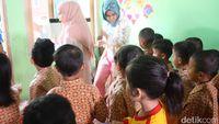 Kemudian, pada kesempatan yang sama, dikatakan oleh salah seorang guru PAUD Tunas Melati, Mimi Barulis, bahwa mendongeng merupakan metode pembelajaran yang tepat untuk membangkitkan imajinasi anak.