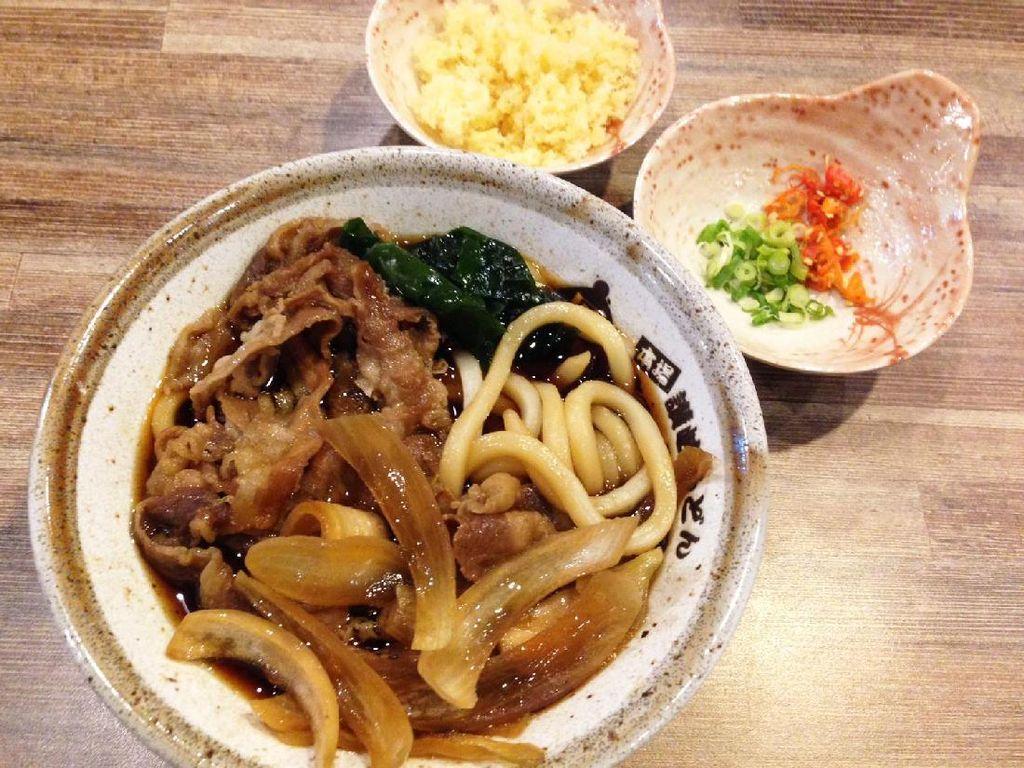 Sanuki Beef Udon memakai topping irisan daging gurih sedikut manis, bawang bombay dan rumput laut. Udonnya terasa lembut. Enak dihirup bersama kuah udon gurih dengan citarasa paduan dashi dan shoyu kuat.