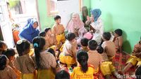 Setelah menyanyikan lagu, Kak Kanya dan Kak Echa juga ajak anak-anak untuk berjoged 'Goyang Kepiting'. (Foto: Suherni Sulaeman/detikHealth)