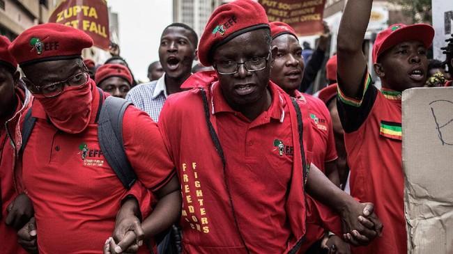 Partai Pejuang Pembebasan Ekonomi (EFF) merupakan salah satu kelompok yang mendukung pemakzulan Zuma. Pekan lalu, kelompokoposisi pemerintah juga menggelar demonstrasi besar-besaran yang menuntut hal serupa.(AFP/GianluigiGuercia)