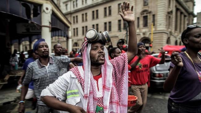 Menurut warga, pemecatan Gordhan menunjukkan upaya pemerintah dalam menutupi jejak korupsi yang dilakukan rezim Zuma. Selain itu, di bawah pemerintahan Zuma, Afrika Selatan juga mencatat rekor pengangguran tertinggi dan perlambatan ekonomi. (AFP/Gianluigi Guercia)