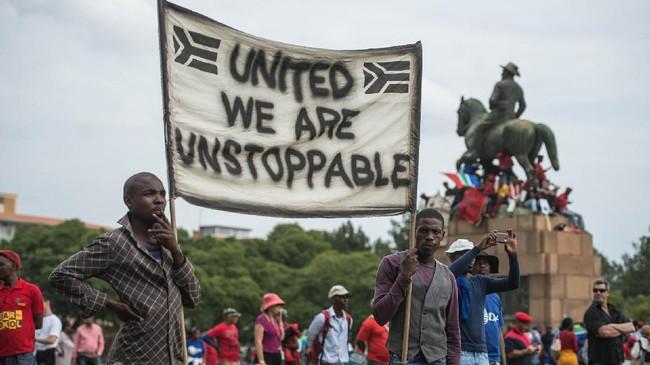 Laporan itu juga menyibak seberapa besar kekuasaan yang dimiliki keluarga Gupta atas sumber daya alam Afrika Selatan. Skandal korupsi itu juga menyeret nama tiga menteri dari kabinet Zuma. (AFP/MujahidSafodien)