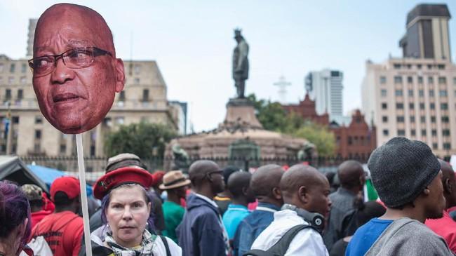 Namun analis politik Afrika Selatan Alastair Newton menyebut Zuma kemungkinan besar masih akan terus berkuasa, karena dia masih mendapat dukungan dari partai terbesar di Afsel, Kongres Nasional Afrika. (AFP/Marco Longari)