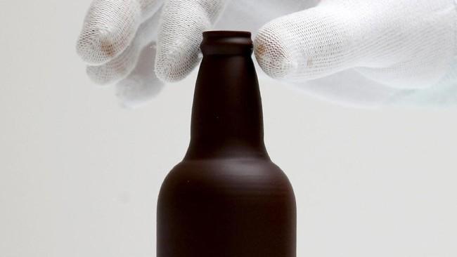 Gaetan Richard, pendiri Miam Factory menunjukkan bentuk botol bir dari cokelat setelah dicetak di tokonya yang terletak di Gembloux, Belgia. Cokelat bisa langsung dimakan setelah dicetak yang tidak akan meleleh dalam waktu antara 10 menit hingga 3 jam. (REUTERS/Francois Lenoir)