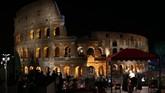 Pemimpin umat Katolik PausFransiskus memimpin prosesi the Via Crucis dari rangkaian perayaan Jumat Agung di depanColosseum, Roma, Italia, 14 April 2017. (REUTERS/Alessandro Bianchi)