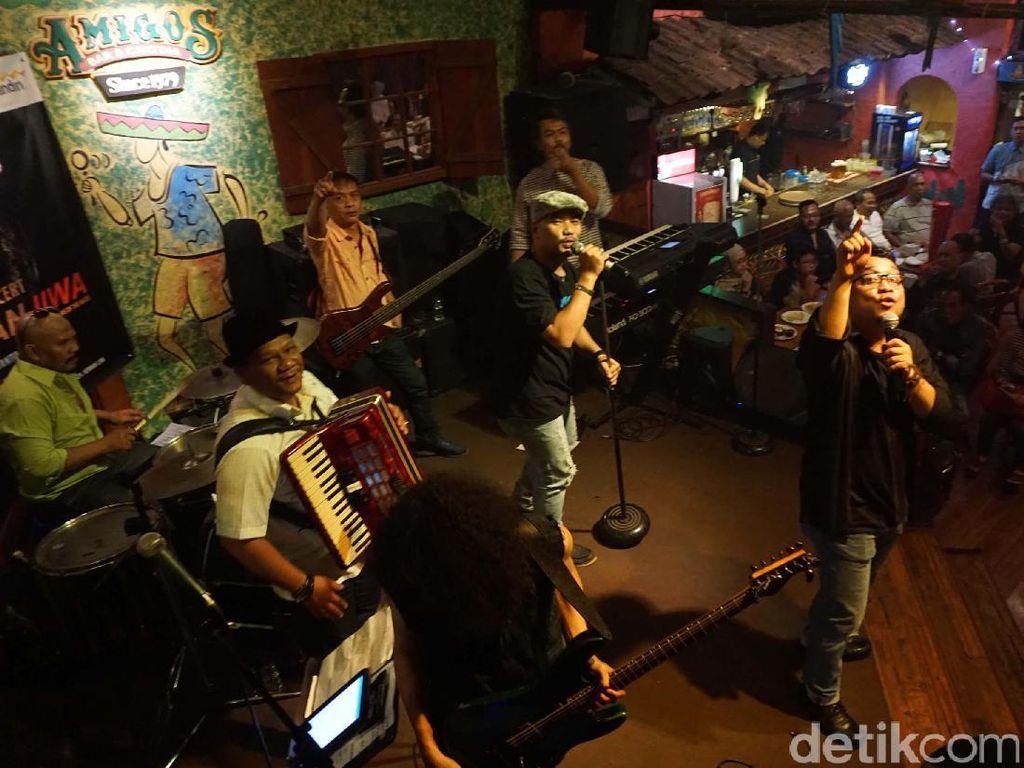 Konser yang digelar sebagai ajang silaturahmi ini juga di hadiri oleh ratusan sahabat jurnalis dan tamu undangan di Amigos Cafe Kemang, Jakarta.
