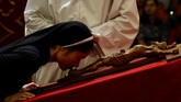 Biarawati Katolik mencium salib di hari Jumat Agung, yang menjadi rangkaian perayaan Paskah di Katedral St. Joseph di Hanoi, Vietnam, 14 April 2017. (REUTERS/Kham)