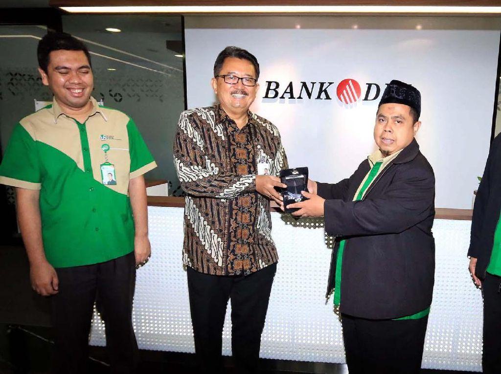 Perjanjian itu dilakukan oleh Direktur Bisnis PT Bank DKI, Antonius Widodo Mulyono (tengah kiri) bersama Direktur Utama PT BPRS HIK Parahyangan, Toto Suharto (tengah kanan) dan Direksi PT BPRS HIK Parahyangan, Martadinata (paling kiri) dan Helmi Hidayat (paling kanan) di Jakarta. Foto: dok Bank DKI