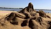 Oscar Garcete, seniman asal Paraguay membuat patung dari pasir yang menceritakan kematian Yesus pada perayaan Pekan Suci, 13 April 2017. (REUTERS/Jorge Adorno).