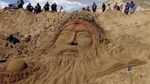 Di Bolivia, sekelompok seniman membuat patung kepala Yesus yang berdarah dengan pasir di pekan perayaan Paskah, 14 April 2017. (REUTERS/David Mercado).