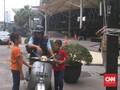 Libur Kampanye, Anies Ajak Anak Keliling Jakarta Naik Vespa