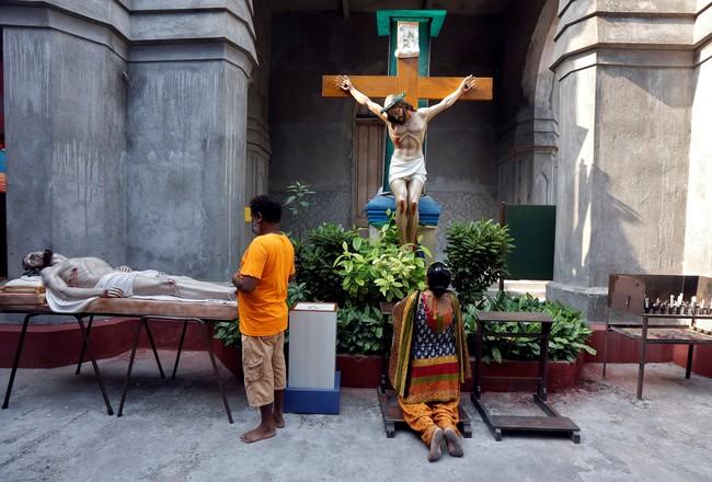 Umat Kristiani di Kolkata, India berdoa di depan patung Yesus dalam perayaan Jumat Agung, 14 April 2017.(REUTERS/Rupak De Chowdhuri)
