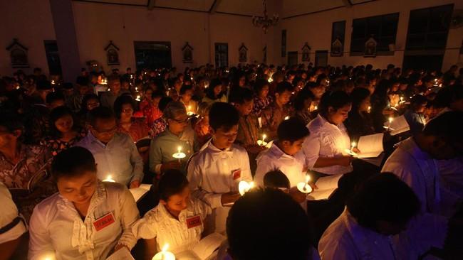 Umat katolik mengikuti misa malam paskah di Gereja Katholik Santo Thomas, Seyegan, Sleman, Yogyakarta, 15 April 2017. (ANTARA FOTO/Andreas Fitri Atmoko).