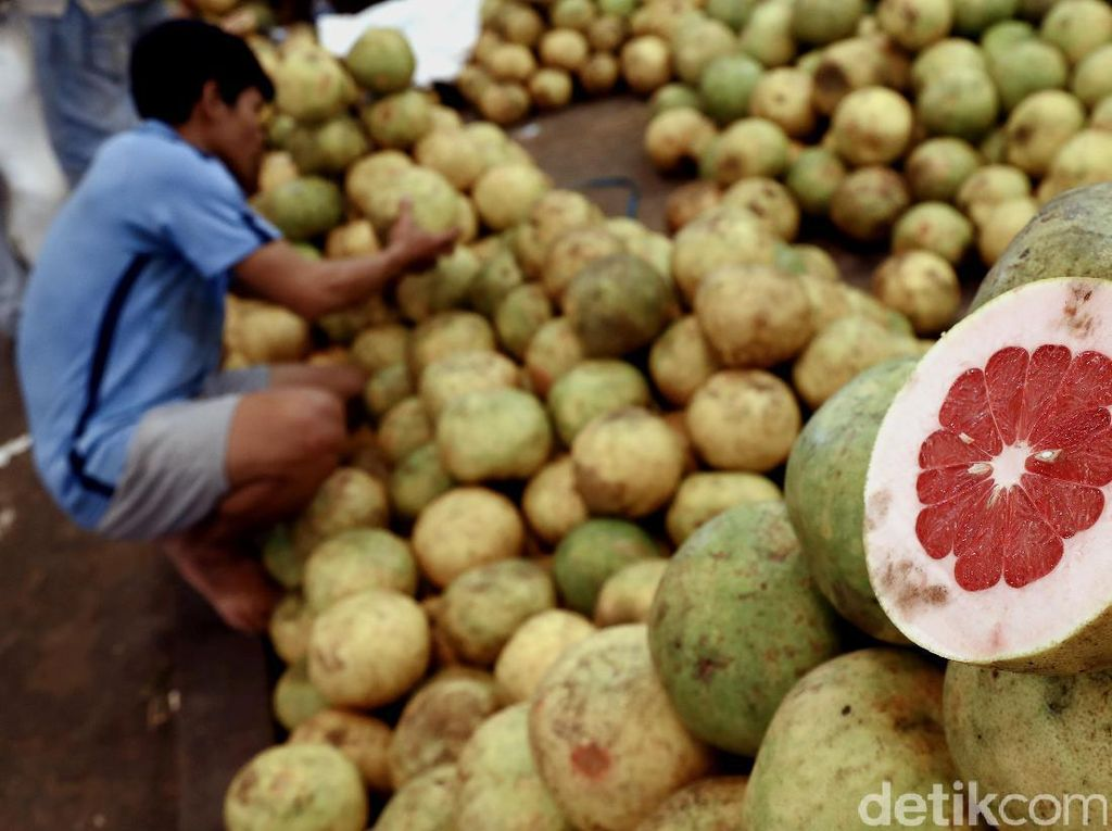 Pasar yang dikelola oleh PD. Pasar Jaya ini menjadi pusat sayur dan buah untuk wilayah Jakarta.