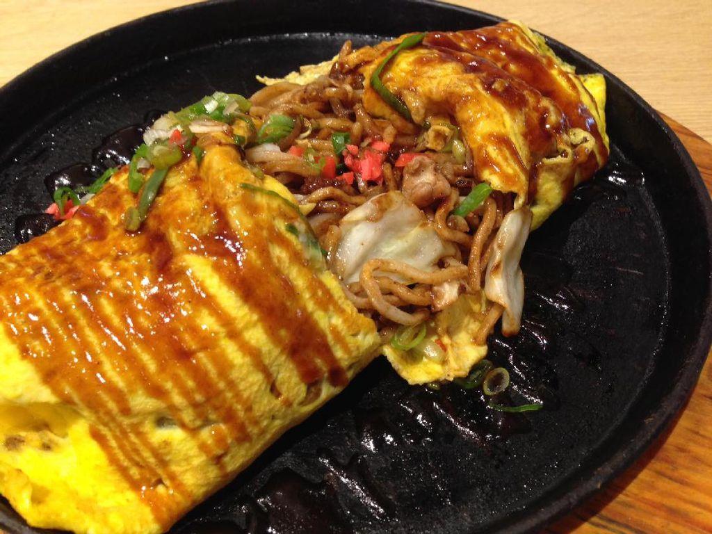 Ketika omelet dibelah, baru terlihat yakisoba berwarna kecokelatan. Mie mengeluarkan aroma sedap sisa proses penggorengan dan rasanya gurih shoyu. Pada yakisoba terdapat bawang bombay, kol, potongan gurita dan tauge.