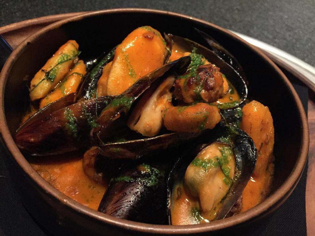 Black Mussels memadukan kerang hijau, meatballs, dan tteokbokki goreng dalam saus gochujang butter.